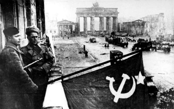 Soviet soldiers hosting the Soviet flag in Berlin May 1945 German Federal Archives